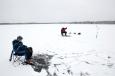 Kuressaare linna külje all asuva Suurlahe kaldalt näha, kuidas kauguses jää peal on kümmekond täppi. Kalamehed. Neid koguneb veelgi, kui järjekordne õngemees soomekelgul õrna lumega kaetud jääl end järve keskele […]