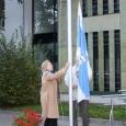 Kuressaare linn tähistas eile 20 aasta möödumist päevast, mil saadi taas omavalitsusüksuse õigused. Sel puhul sai Kuressaare uue kujundusega linnalipu, mis varahommikul linnavalitsuse ees pidulikult puhkpillimuusika saatel lipuvardasse tõmmati.